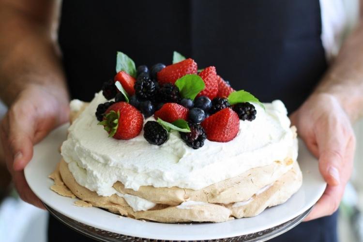 torta decorata con panna montata e frutti di bosco