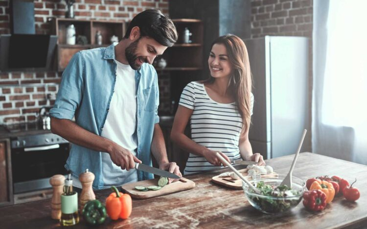 due fidanzati cucinano insieme