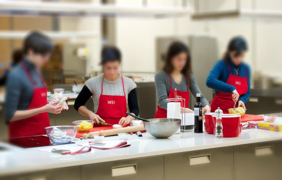 Corso di cucina di coppia una serata romantica e divertente red academy - Corso cucina cannavacciuolo prezzo ...