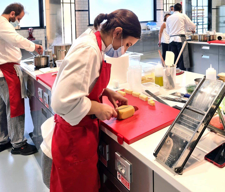 allievi al lavoro durante la giornata finale del corso cuoco