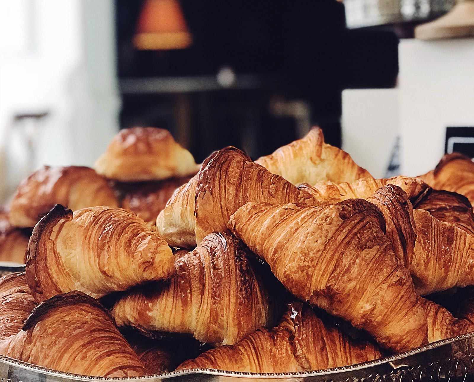 Il croissant, rispetto al connetto, ha una superficie più friabile e l'interno con un rapporto vuoto/pieno molto più elevato del cornetto.