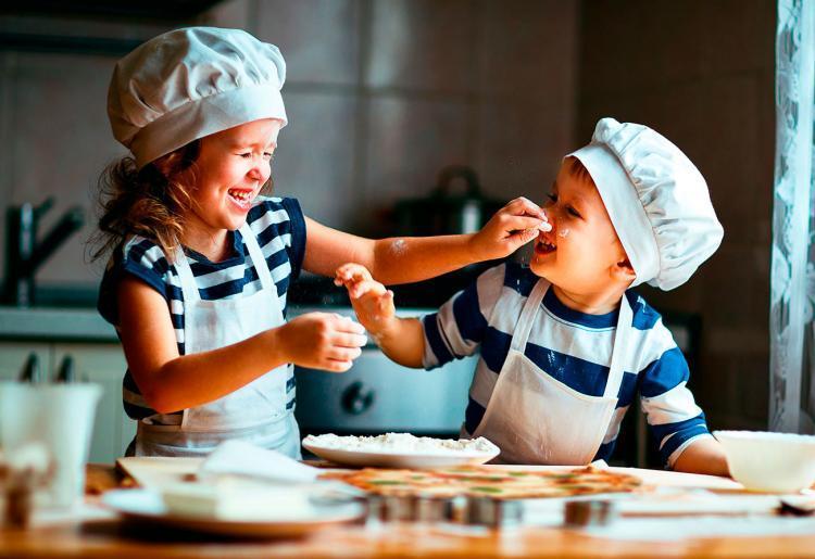 bambini mentre lavorano la farina