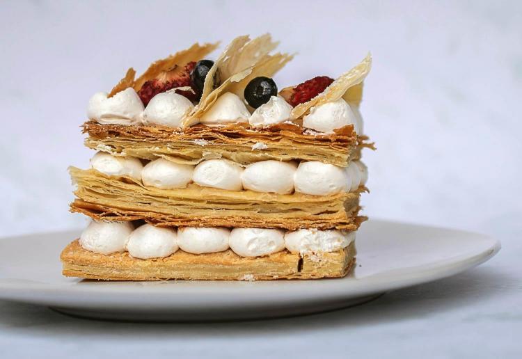 torta con pasta sfoglia preparata al corso dolci al piatto