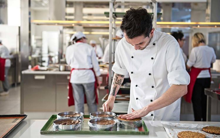 studente corso pasticceria prepara torte