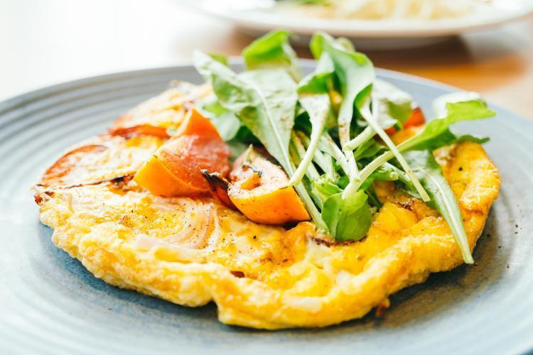 omelette con pomodori e insalata