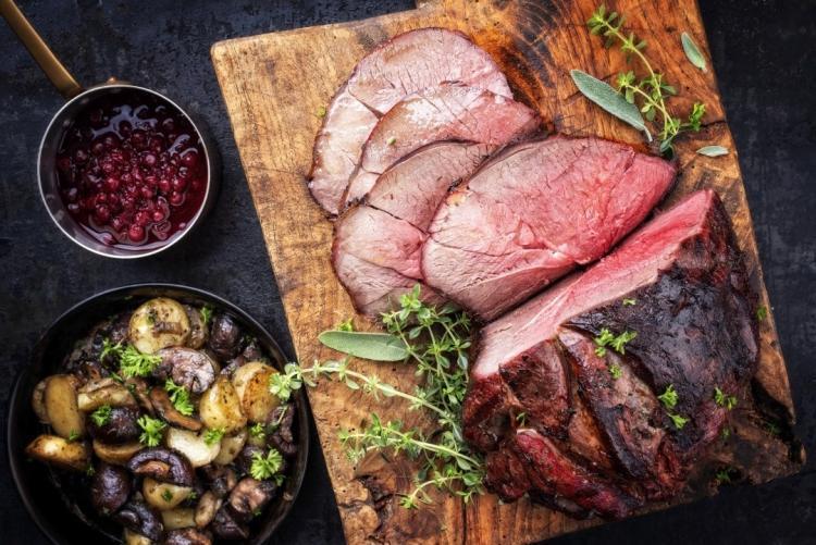 arrosto tagliato a fette su tagliere di legno per corso di cucina sui secondi di carne