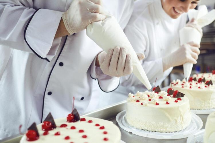 giovani decorano torte in pasticceria