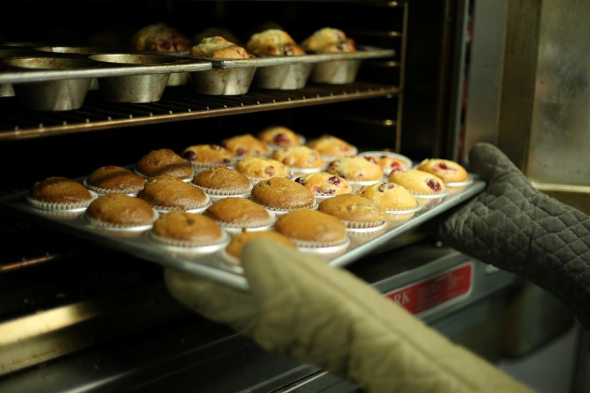 infornata di muffin in un forno da pasticceria professionale