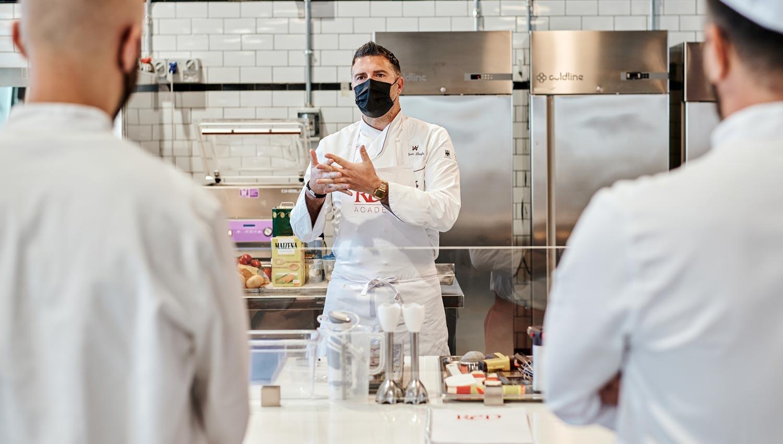 chef con studenti durante la giornata di brigata in cucina